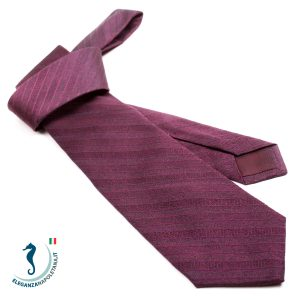 una cravatta sartoriale viola a righe