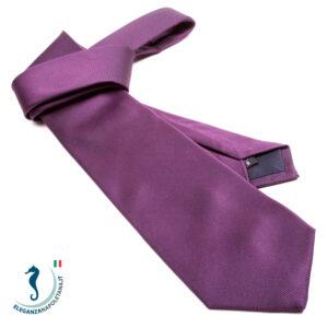 una cravatta viola chiaro lucida