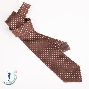 una cravatta marrone a pallini bianchi